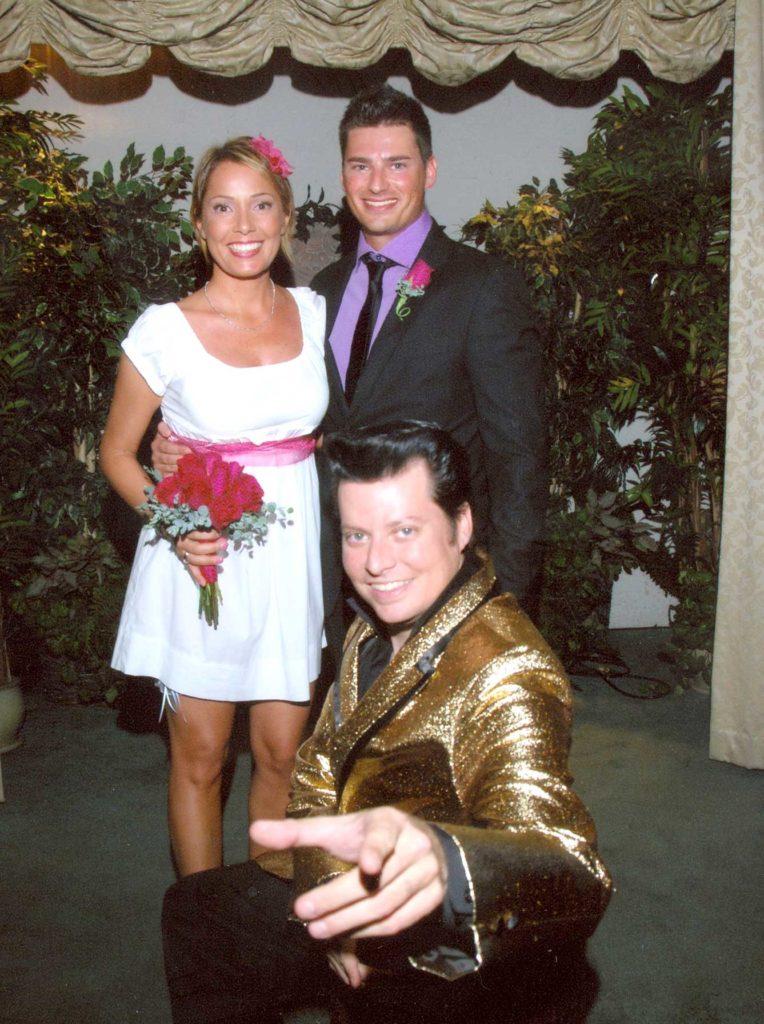 sposarsi a las vegas - paolo e francesca con elvis in posa