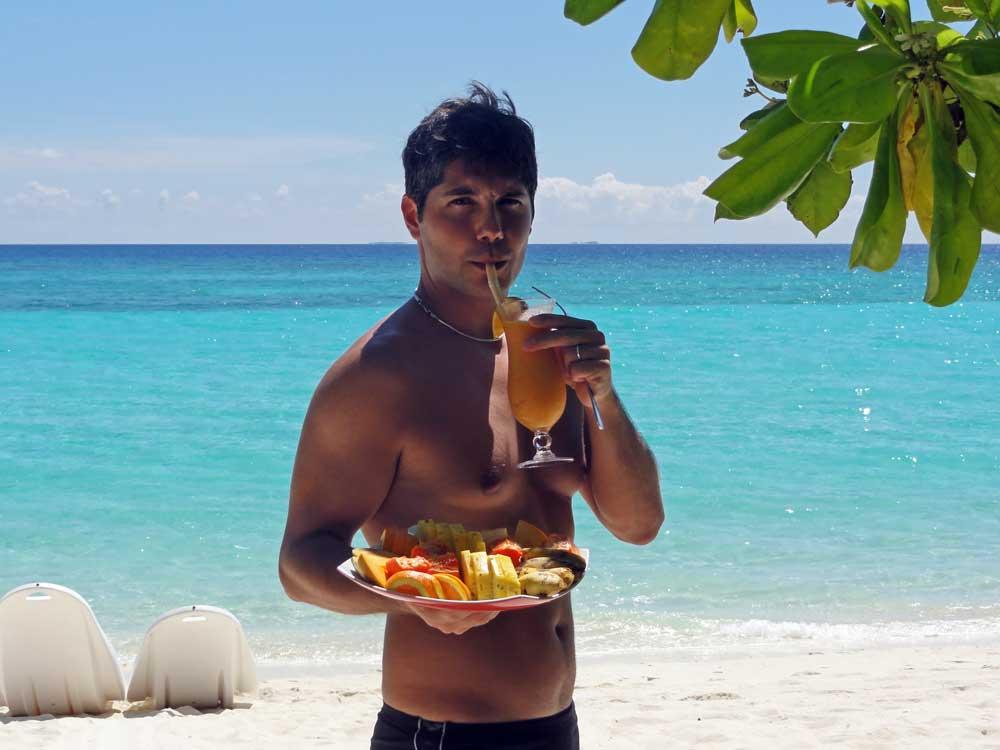 viaggio di nozze maldive: frutta in spiaggia