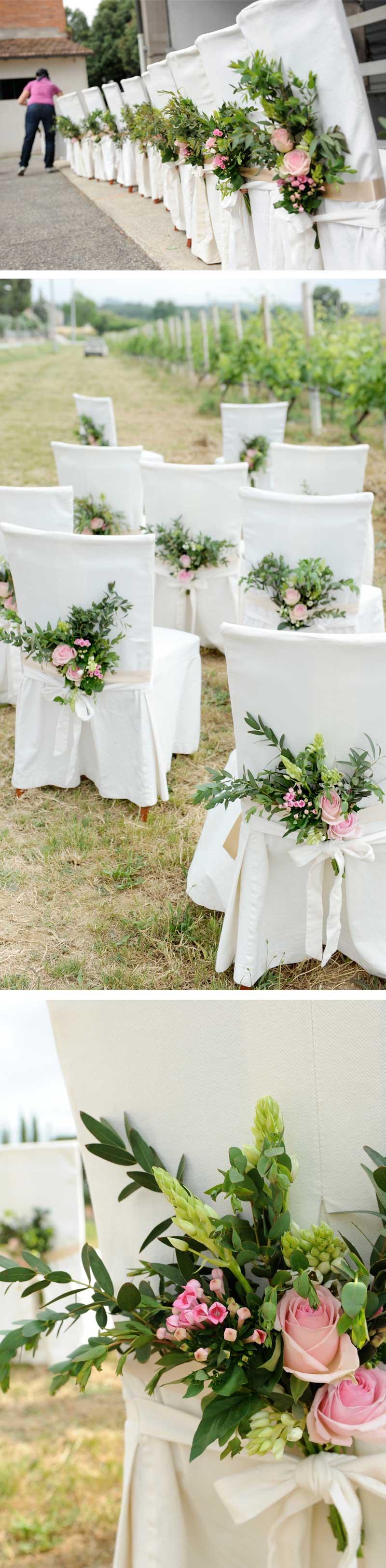 Matrimonio country tema vino: Bouquettes di roselline rosa per le sedie