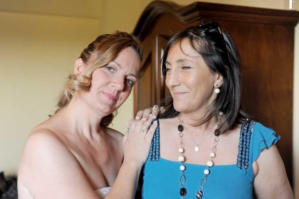 La stilista dell'abito Angela Alfuso con la sposa country
