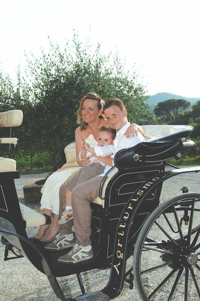 la sposa sulla carrozza con l'abito country con i figli