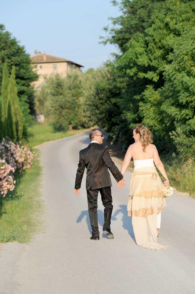 gli sposi country in fuga dopo la cerimonia