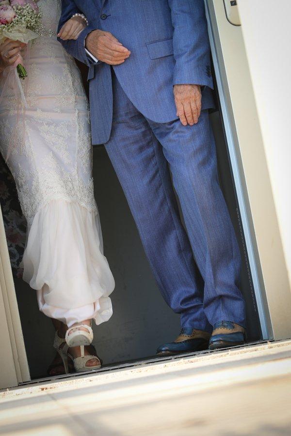matrimonio vintage: un dettaglio della sposa col papà