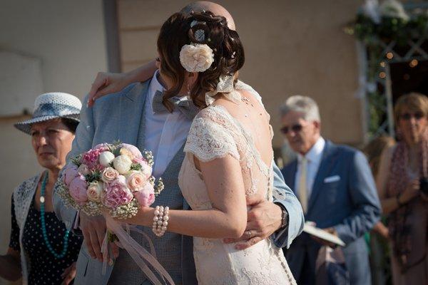matrimonio vintage: l'abbraccio degli sposi dopo la cerimonia