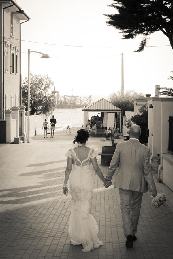 matrimonio vintage: arrivo al ricevimento sulla spiaggia
