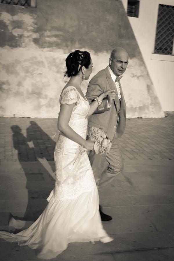matrimonio vintage: gli sposi verso il ricevimento