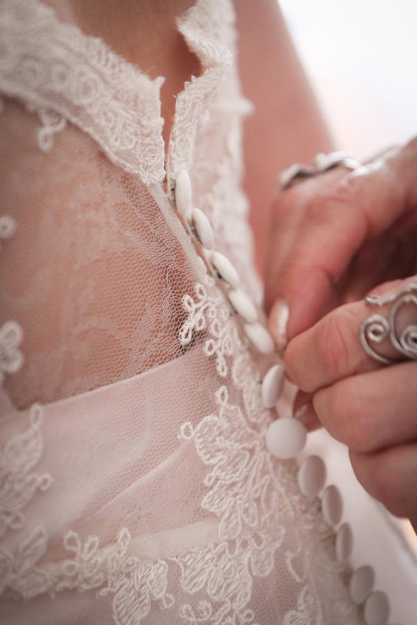 matrimonio vintage: un dettaglio dell'abito della sposa