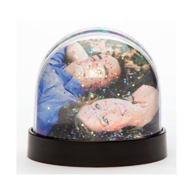 idee bomboniere matrimonio in inverno: palla di vetro con foto sposi