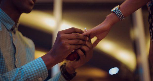 anello fidanzamento dito