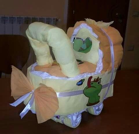 torta di pannolini a forma di carrozzina