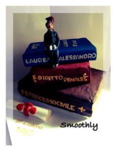 torta di laurea con libri