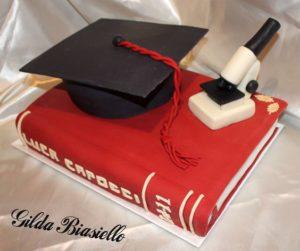 torta di laurea a forma di libro