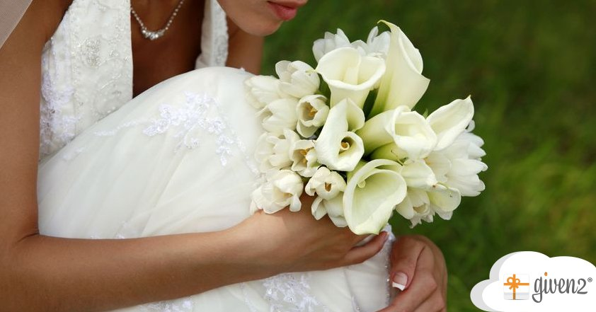Dreamy To Sexy 7 Bouquet Ideas To Match Your Wedding Dress Her